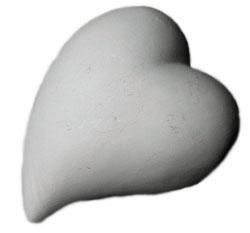 Inom alternativ friskvård ger vi med hjärtat - bild på ett vitt keramikhjärta.